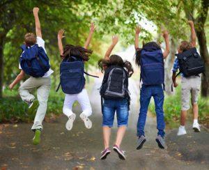 """<p>Många grundskolor och gymnasier ordnar skolresor av olika slag. Det kan vara hela skolan som ger sig iväg några dagar, eller bara en klass. För många barn och unga år skolresorna ett minne för livet. Dels knyter de starkare band till sina vänner, samtidigt som de får komma iväg och en kortare period försöka klara sig själva utan sina föräldrar nära till hands. Skolresor är på det sättet både bildande och underhållande. Det är vanligt att skolor väljer att ordna resor för sina elever till exempelvis djurparker. Där kan de både få komma iväg på en utflykt, samtidigt som de får lära sig något under tiden. I Sverige skall skolresor vara tillgängliga för alla barn, ändå är de inte alltid det. Det kan finnas olika faktorer som sätter käppar i hjulet. Men det finns också saker man kan göra för att göra skolresor möjliga oavsett vilken familj eller bakgrund barnen har.</p><h2>Om en skolresa blir för dyr</h2><p>Det har blivit vanligt att föräldrar kritiserar att det är för <a href=""""https://www.hd.se/2017-02-21/foraldrar-starkt-kritiska-till-kostnad-for-skolresa"""">dyrt med skolresor</a>. Det är tyvärr en verklighet som är väldigt svår för de familjer som är låginkomsttagare. Även fast en skolresa kanske bara skulle kosta några hundralappar kan det i vissa familjer vara omöjligt att lägga ut den summan pengar. Det å sin sida kan leda till att vissa barn inte har möjlighet att delta på skolresorna. Det gör dem både uteslutna ur den gemenskap som en skolresa innebär, samtidigt som de indirekt bestraffas för att de inte har råd. I ett välfärdsland som Sverige skall alla barn ha likadana möjligheter. Enligt Skolinspektionen som reglerar hur skolor skall skötas, vad de får och inte får göra, är det inte okej att kräva att elever själva skall betala för skolresan, oavsett hur liten summan är. Skolans verksamhet skall vara gratis för alla elever. Om ens barn går på en skola där det krävs att eleverna själva betalar för en skolresa kan man anmäla detta till skolinspektionen. Det är """